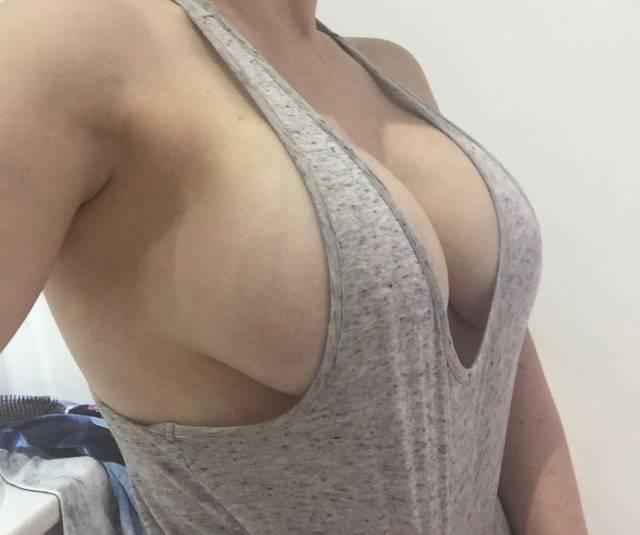 Девушки с пышной грудью позируют перед фотокамерами (45 фото)