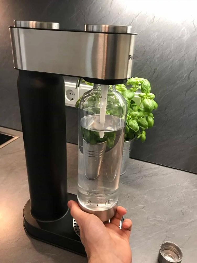 Philips GoZero Wassersprudler Sprudeln Schritt zwei Flasche festdrehen