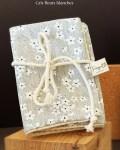 Pochette à savon en coton enduit, coloris gris fleurs blanches - Trinquette Artisanat