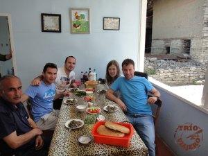 El Trío Viajero disfrutando de platos locales de Azerbaiyán