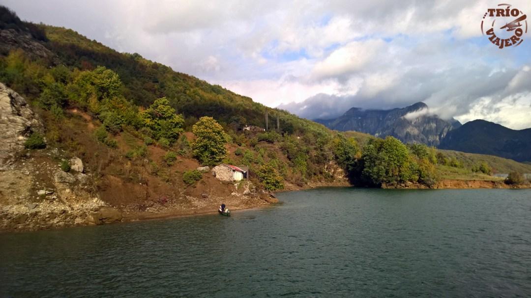 Lago Komani (Albania)