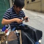 ホーチミン、レタントンの路上で、革靴修理を体験