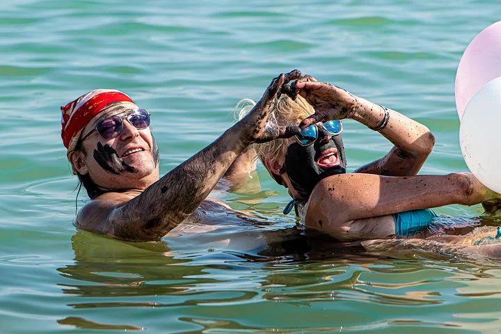 イスラエル死海で泥パック