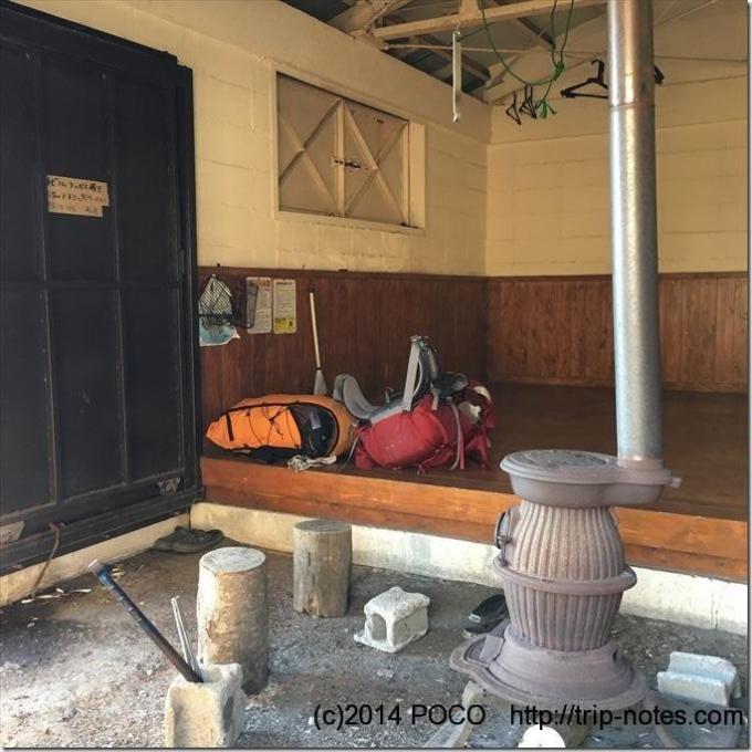 破風山避難小屋の内部