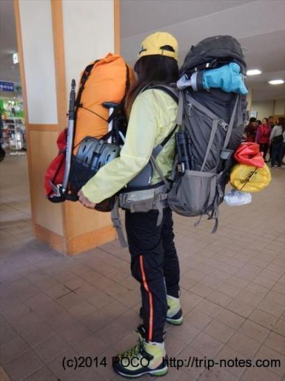 たくさん荷物を持つ