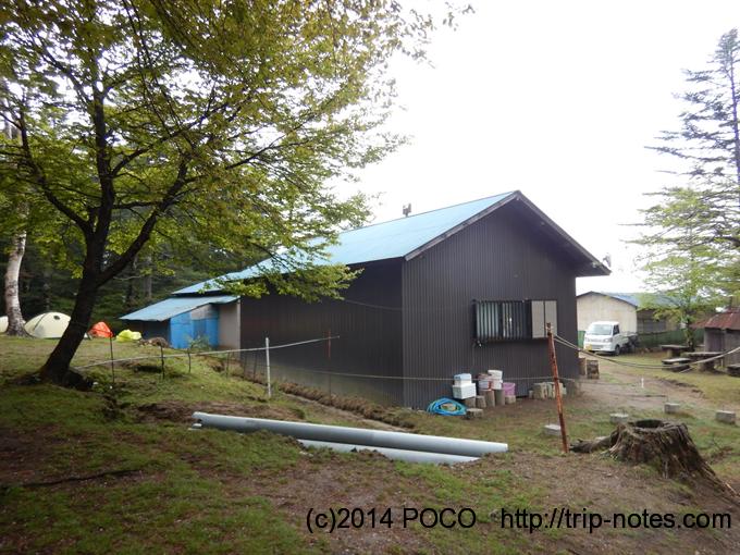 笠取小屋裏のテン場