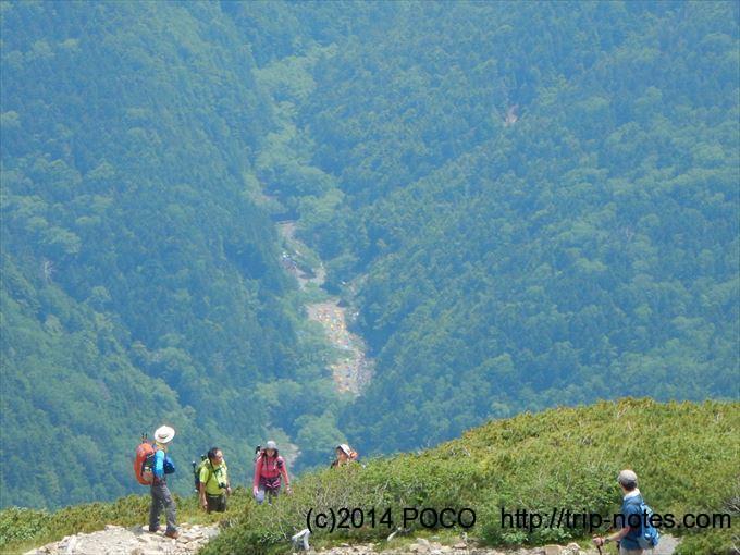 仙丈ヶ岳登山道から見る長衛小屋のテン場