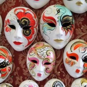 Pour faire des économies sur l'achat de billet d'avion, naviguez masqués! tripandtwins.com
