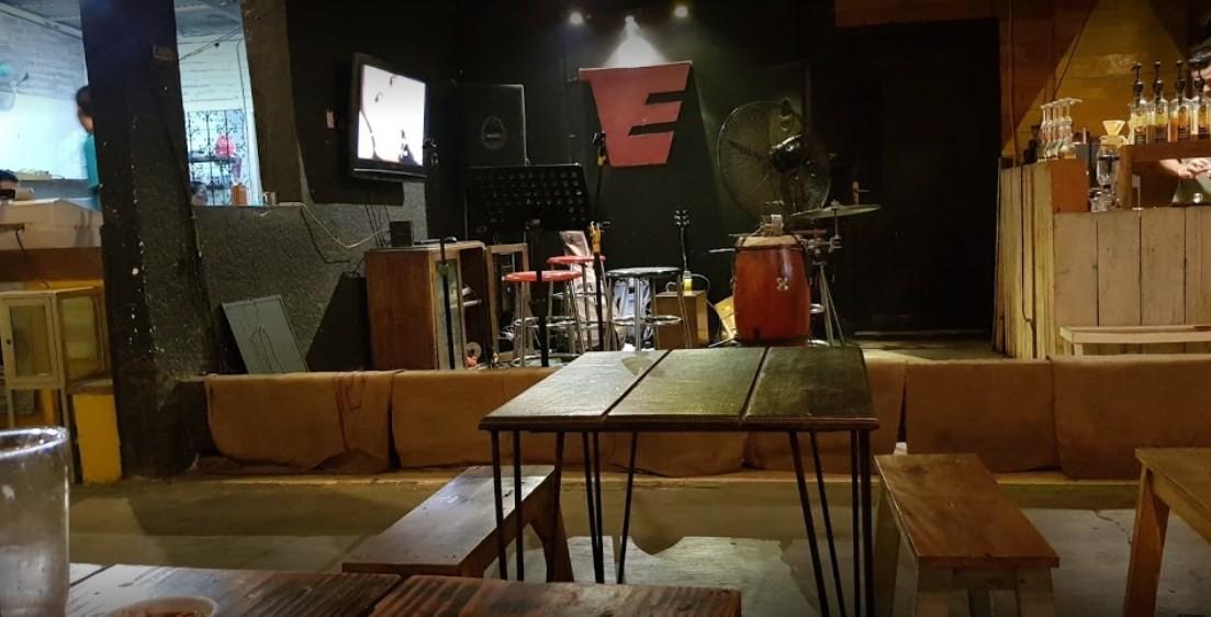 tempat ngopi live music di surabaya