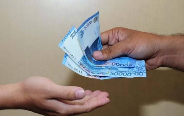 Pak Dodi membagikan sejumlah uang kepada ketiga anaknya, yaitu Edwin, Nanik, dan Rendi