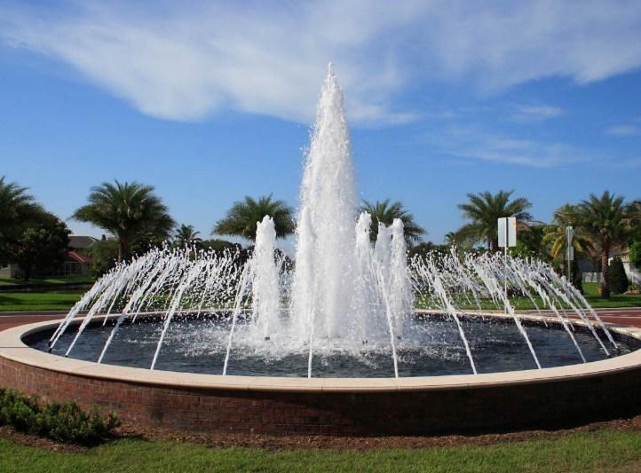 Sebuah kolam air mancur berbentuk lingkaran berdiameter 84 meter