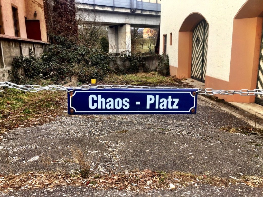 A sign in front of a court who says Chaos-Platz