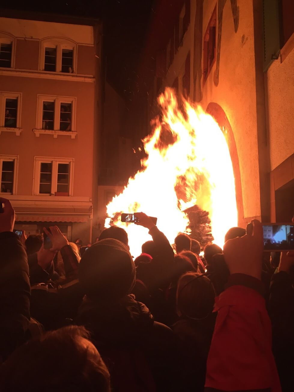 A burning cart at the Chienbäse