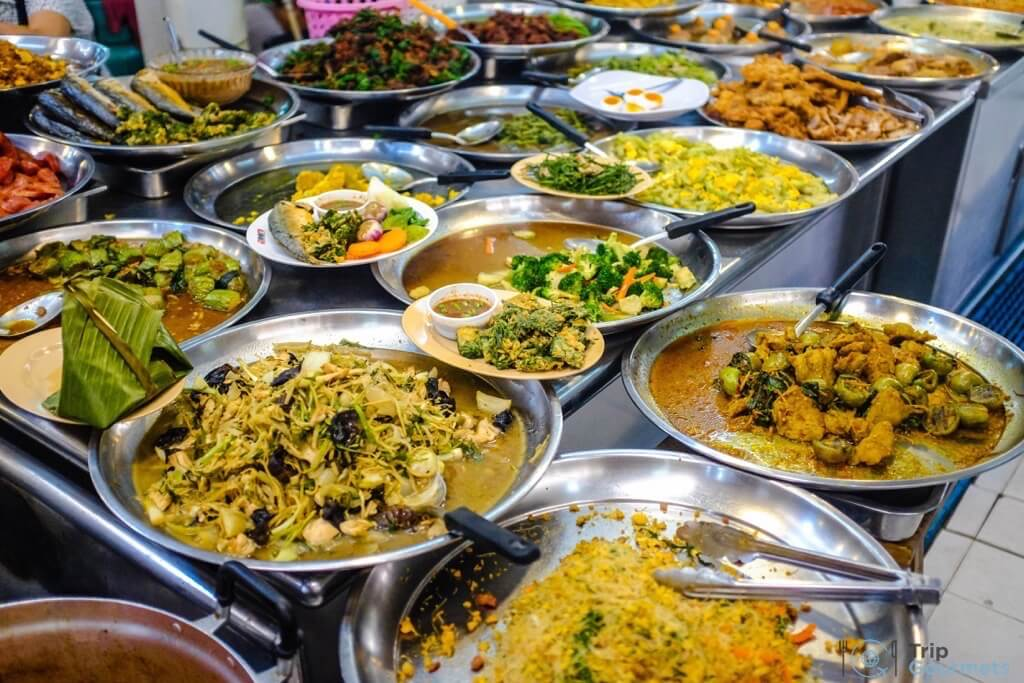 Best Markets in Bangkok Or Tor Kor food dishes plates