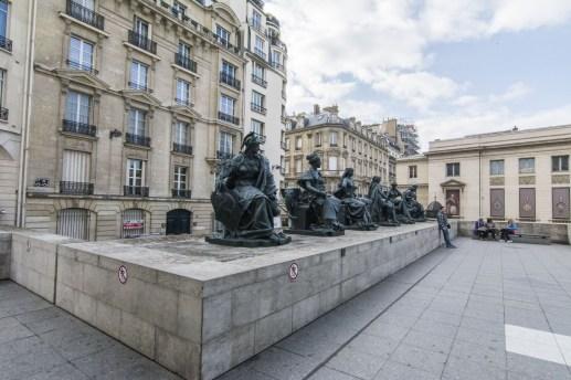 Esculturas representando los 6 continentes