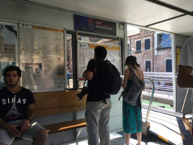 Revisando los horarios vaporetto Venecia