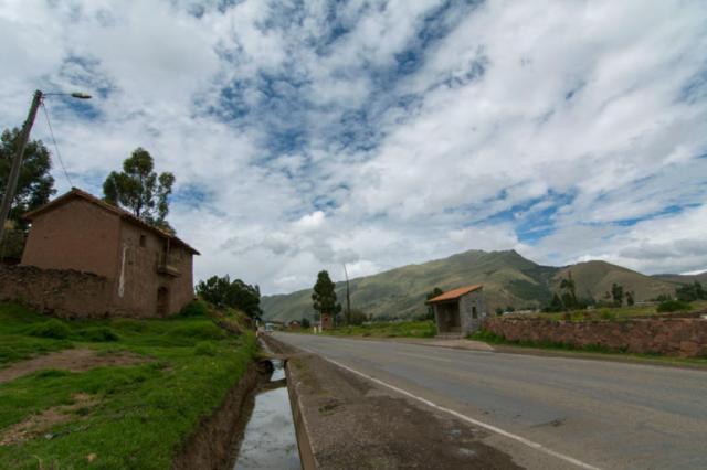 Carretera de acceso al Complejo Arqueológico de Raqchi