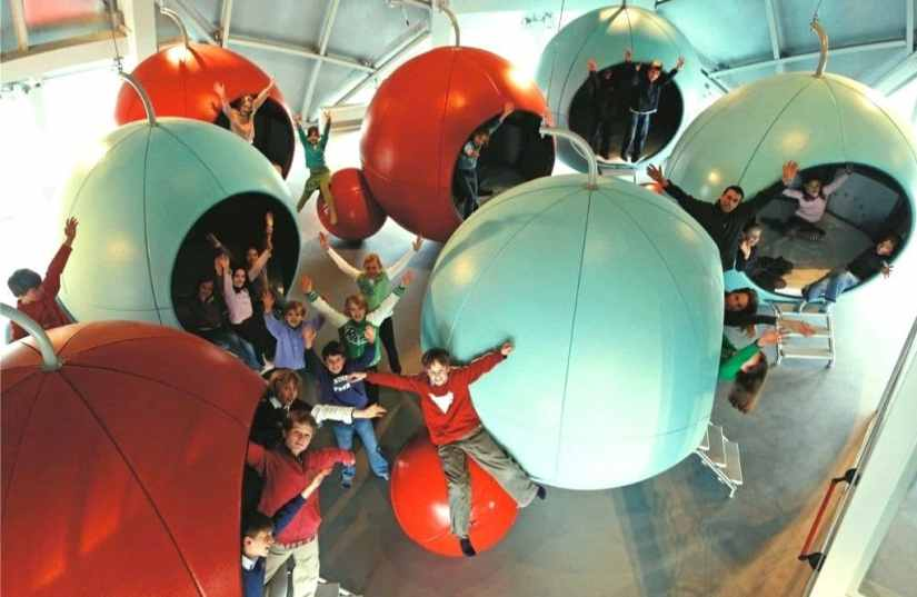 kids are playing at Atomium, Brussel