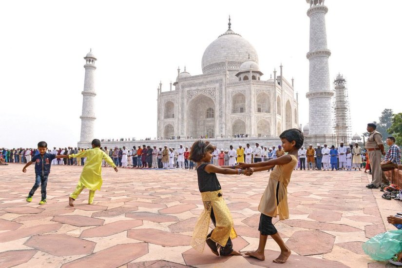 kids are playing at the courtyard of Taj Mahal