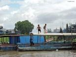 Kampong Phluk, tuffi nel fiume. Cambogia