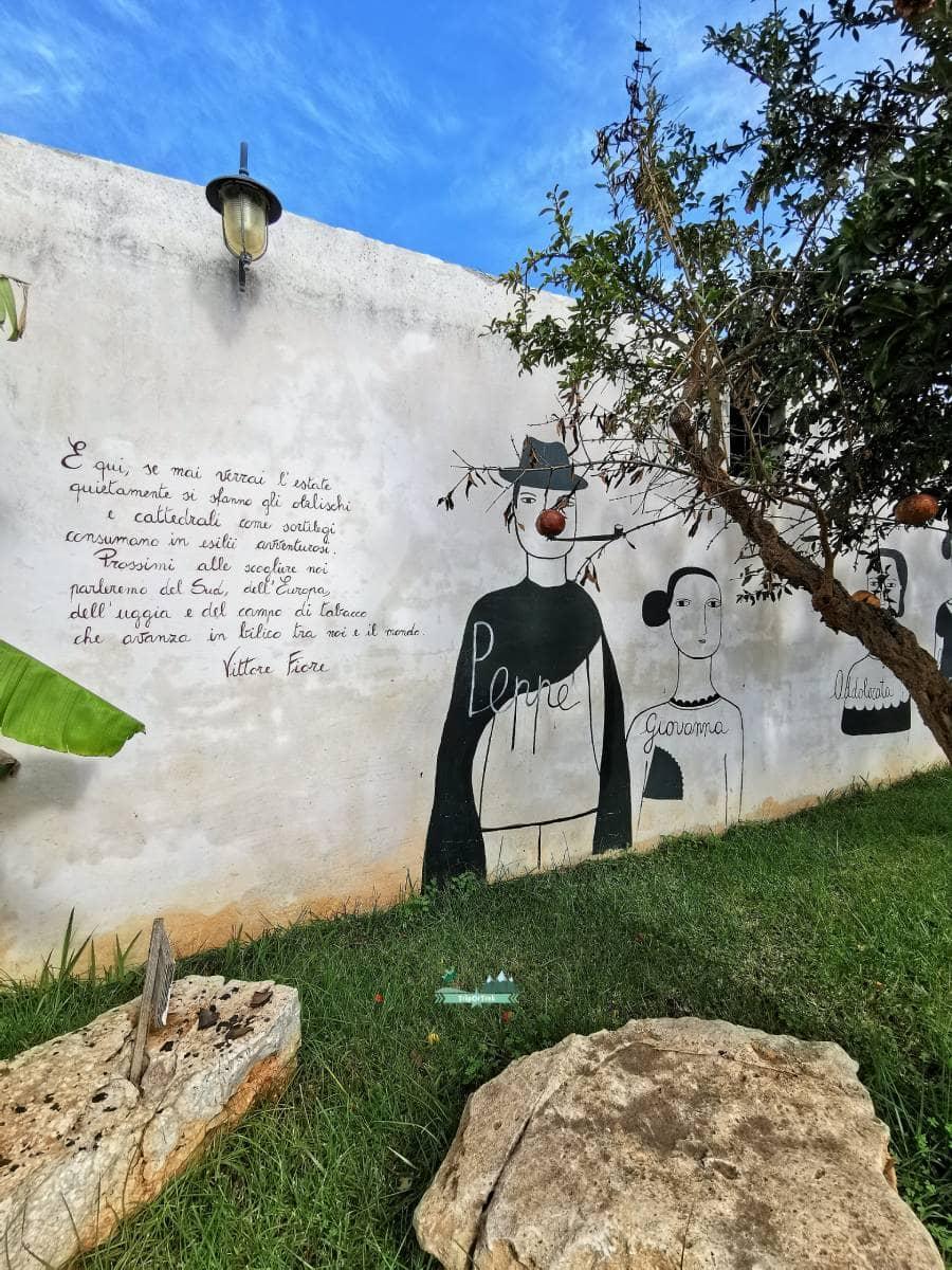 poesia-murales-giardino-Sante-Le-Muse-ristorante-Salve-Salento-TripOrTrek
