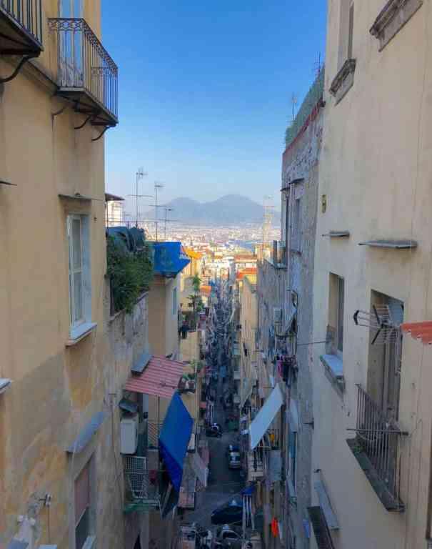 Centro de la ciudad de Nápoles y el Vesubio