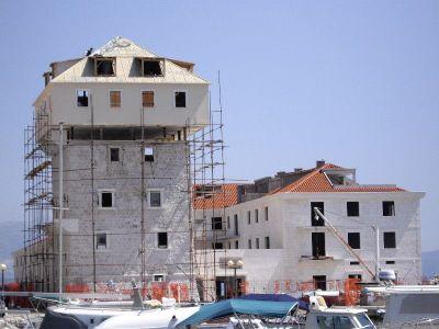 Kreće rušenje nadogradnje na povijesnoj kuli Ćipiko u Kaštel Novom