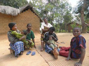 Žene u dokolici pletu masai pletenice