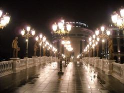 Skopje (spomenici) by night