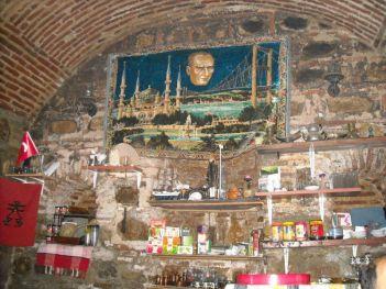 Živopisni interijer starog skopskog 'kafića'