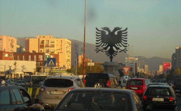 Dvoglavi orao i tisuću vozila u središtu Tirane