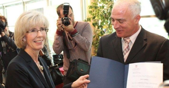 Zamjenica veleposlanika SAD-a Margaret Nardi predaje šibensko-kninskom županu Goranu Pauku potvrdu o razminiranju