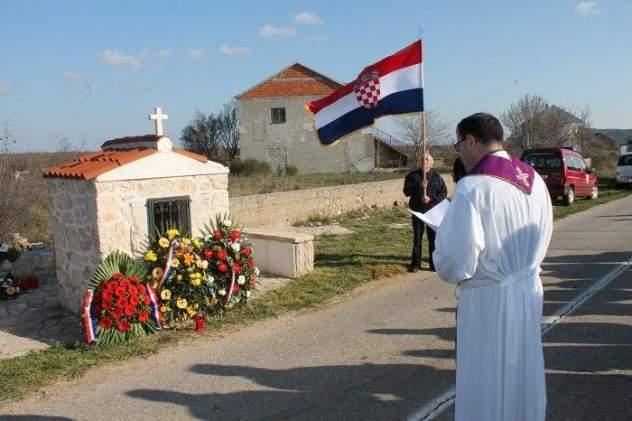 Kapelica i Prva kuća u Dragišićima za prošlogodišnje obljetnice stradanja (Foto: H. Pavić)