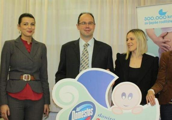 Gradonačelnica Josipa Rimac i ravnatelj Oliver Ojdanić prilikom preuzimanja donacije (Foto: Grad Knin)