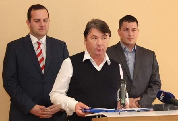Načelnik Općine Tisno Ivan Klarin, direktor konzorcija Eko Nekretnine Davor Ljubić i predstavnik Zagrebačke banke Boško Kobačević