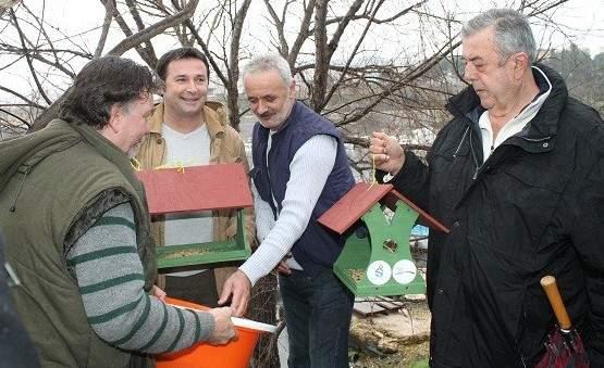 Željko Krnčević, Dino Karađole, Zoran Rupić i Ivan Piližota postavljaju prvu hranilicu (Foto Hrvoslav Pavić) (4)
