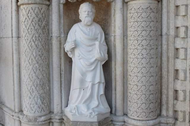 Jedan od zamijenjenih kipova apostola na portalu katedrale sv. Jakova (Foto: H. Pavić)
