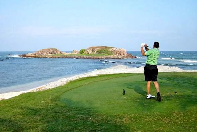 Golferi vole gledati more dok vitlaju golf palicom
