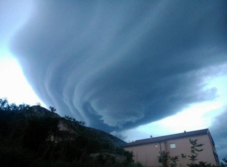 Oblak snimljen 5. svibnja 2014. iznad Mostara (fotografiju ustupio portal strogopovjerljivo.com)