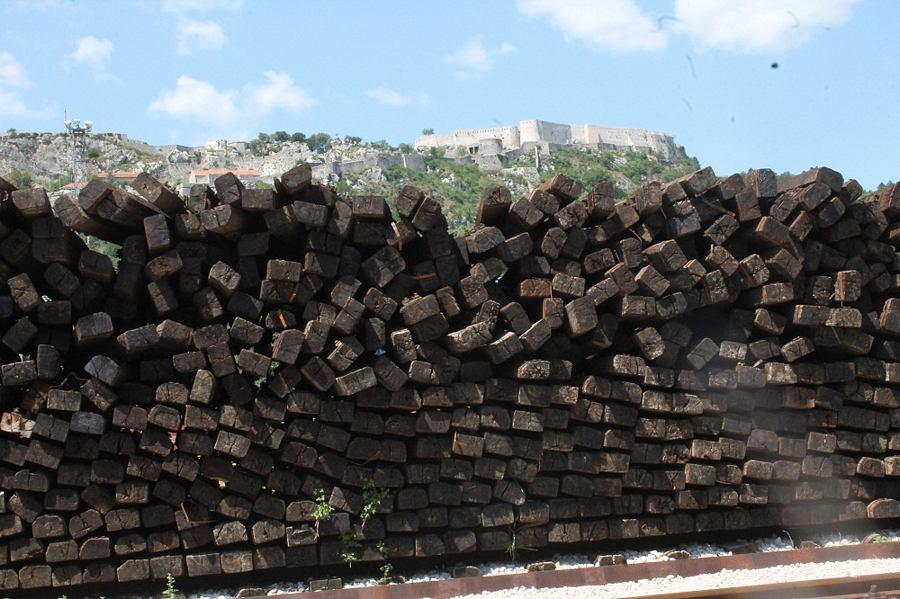 Željeznički pragovi na kninskom kolodvoru čekaju spaljivanje (Foto H. Pavić) (14)