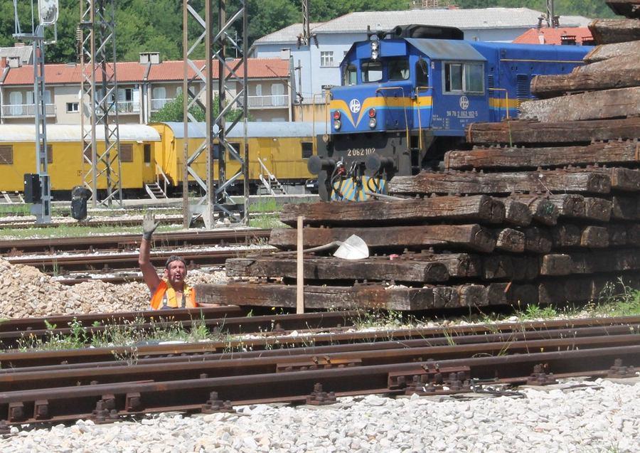 Željeznički pragovi na kninskom kolodvoru čekaju spaljivanje (Foto H. Pavić) (6)
