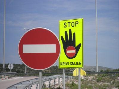 """U 7 mjeseci: 1313 slučajeva vožnje u suprotnom-zabranjenom smjeru i 1552 sulude vožnje iznad 180 km/h- dr-sc. Z. Peran: Vožnja u suprotnom smjeru je """"vožnja u smrt""""!"""