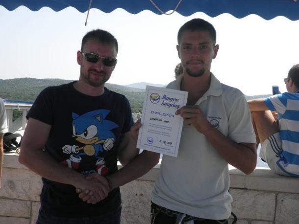 Dominik Rebić uručuje diplomu skakaču, snimila: J. K.