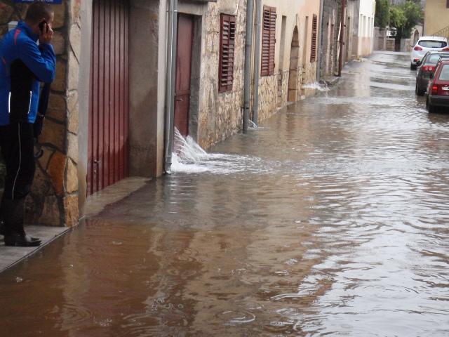 """Ciklona """"Talija"""" prouzročila velike milijunske štete koje se još zbrajaju na području Vodica, Tribunja, Zatona, Šibenika…."""