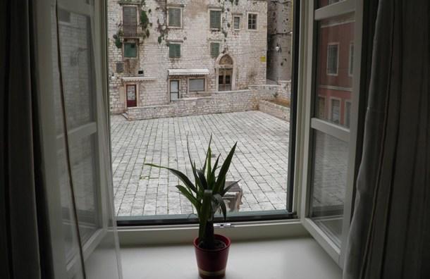 Pogled s prozor apartmana (izvor rooms-sibenik.com)