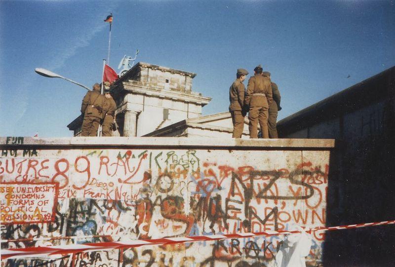 Berlinski zid u vremenu kad su njime još patrolirali vojnici DDR-a (Foto Wikipedija)