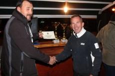 Bačurak iz ruku suca Zorana Mijata prima nagradu za najveću ulovljenu lignju