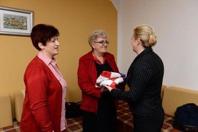 Kolinda Grabar Kitarović u Vukovaru se riješila zastave koju joj je poklonila Josipa Rimac (Foto: Facebook profil predsjedničke kandidatkinje)