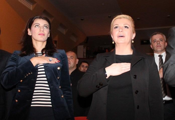 Dvije akterice primopredaje hrvatske zastave s kninske tvrđave