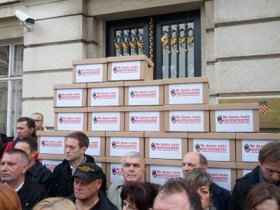 Potpisi u kutijama ispred Hrvatskog sabora (foto Facebook)